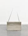 ハンブルク芸術大学、デュッセルドルフ芸術アカデミーで学ぶ。在学中に床置きの抽象彫刻「楕円」でデビュー。以後、ドイツを代表する彫刻家として一線で活躍を続ける。今回紹介するラジオを模したコンクリート彫刻は1982年に始めたシリーズの一点。工業製品の形態を賛美しつつ、建築的構造体として独自の存在感を放つ。