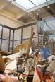 1988年自主企画展「Freeze」に参加、YBAs(ヤング・ブリティッシュ・アーティスツ)の代表的一員として知られる。300㎥の大きさに及ぶ美術のためのゴミ箱《アート・ビン》ヨコトリ2014版がエントランスホールに登場し、創作活動の裏に秘められている失敗の歴史を視覚化する。